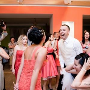 Oprócz pierwszego tańca oczepiny to kolejny element każdego wesela w Bielsku który znajdzie się na zdjęciach ze ślubu