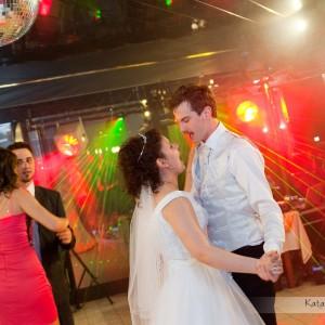 Oprócz zdjęć z samego ślubu warto także uwiecznić Parę Młodą podczas zabawy na weselu w Bielsku