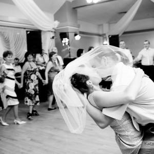 Tradycyjny pierwszy taniec na weselu Agaty i Maćka w Bielsku to obowiązkowa pozycja do fotografii ślubnej