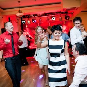 Zdjęcia ze ślubu uwiecznią momenty tańca i zabawy wszystkich gości wesela w Bielsku-Białej