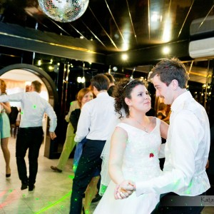 Reportaż ślubny musi pokazać zabawę na parkiecie trwającą całą noc na przyjęciu weselnym w Bielsku