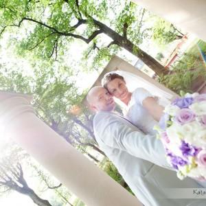 Fotografowie ślubni zawsze mają w swojej ofercie wykonanie sesji plenerowej na przykład w Bielsku na starówce