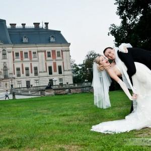 Doświadczony fotograf ślubny wykona plener ślubny według życzenia nowożeńców chociażby w parku w Bielsku