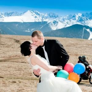 Do albumu z fotografią ślubną warto dołączyć zdjęcia z pleneru wykonanego przez fotografa na przykład w górach pod Bielskiem