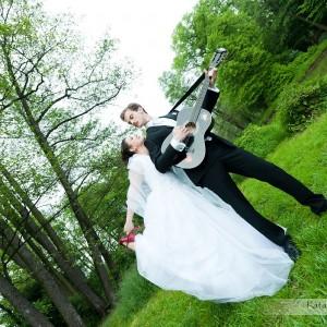 Na sesję plenerową Karolina i Marcin wybrali park w Bielsku, a zdjęcia trafią do albumu z fotografią ślubną i będą świetną pamiątką