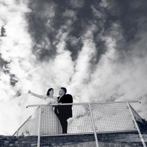 Plenerowe sesje fotografii ślubnej można także realizować zimą chociażby na przystrojonej starówce Bielska-Białej