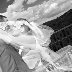 Na scenerię plenerowej sesji ślubnej nowożeńcy często wybierają starówkę miasta na przykład Bielska