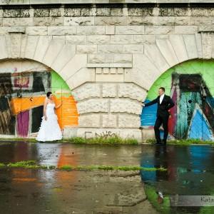 Podczas sesji ślubnej realizowanej w Bielsku można zrobić także pamiątkowe fotografie obrączek ślubnych