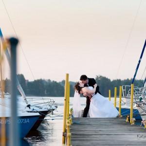 Sesja plenerowa to część zdjęć ślubnych wykonywanych przez fotografa w wybranej lokalizacji na przykład starówce Bielska