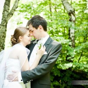 Plener ślubny Justyny i Konrada wykonany w parku przez profesjonalnego fotografa w Bielsku-Białej