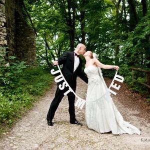 Na sesji plenerowej nowożeńcy są bardziej zrelaksowani niż podczas robienia zdjęć ze ślubu który odbył się w Bielsku
