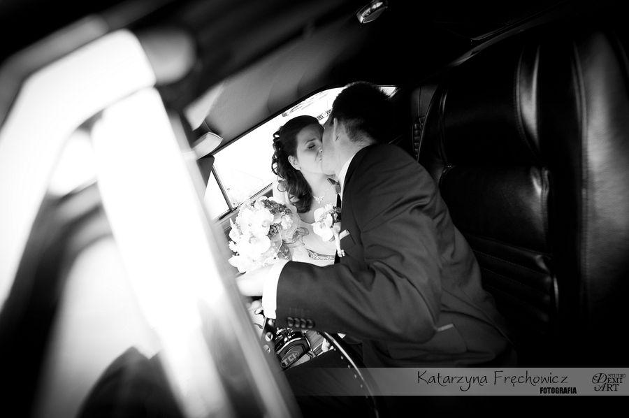 Pocałunek młodej pary w aucie w drodze na ceremonię, reportaż ślubny bielsko