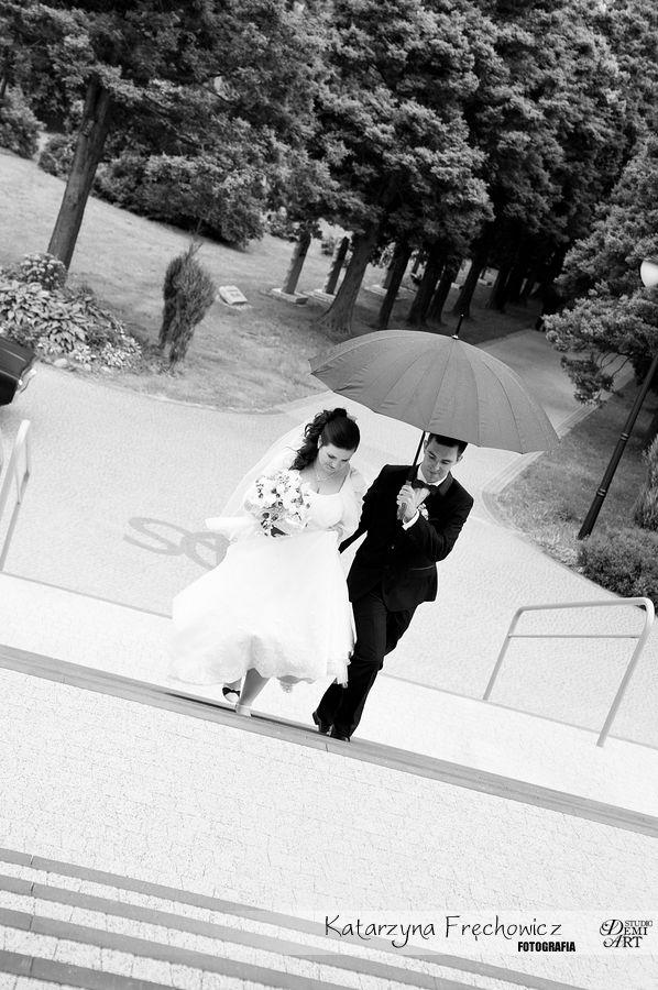 Młoda para pod parasolką na schodach do kościoła, reportaż ślubny bielsko