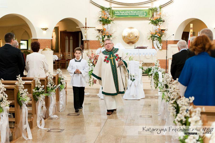 Pięknie przystrojony kościół gotowy na ceremonię, reportaż ślubny bielsko