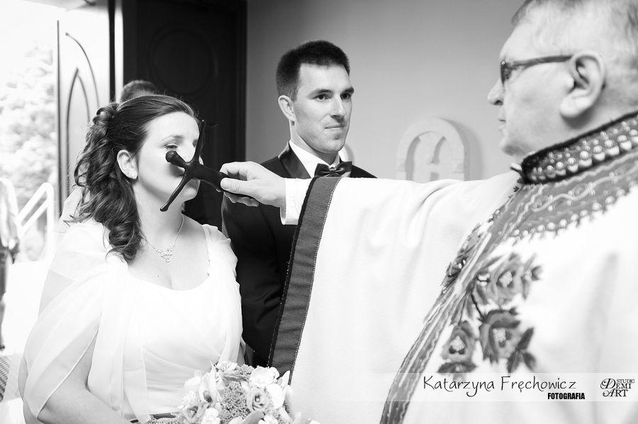 Panna młode składa pocałunek na krzyżu, reportaż ślubny bielsko