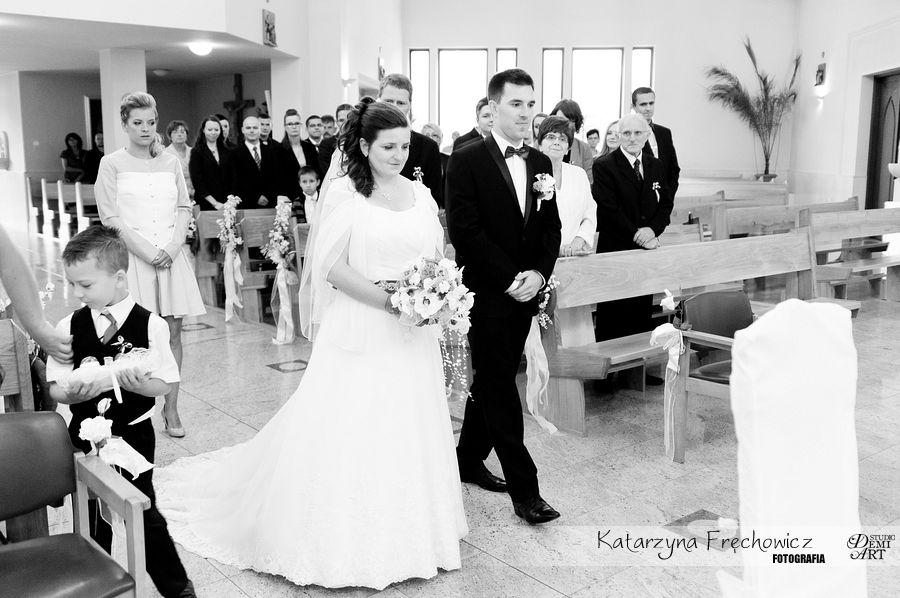 para młoda zmierza w kierunku ołtarza, reportaż ślubny bielsko