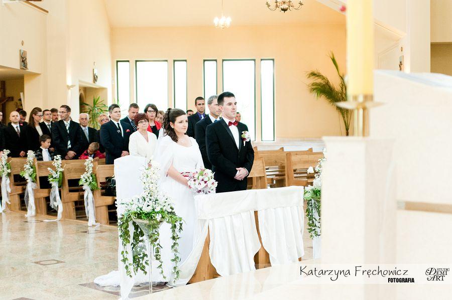 Para młoda z uwagą słuch słów księdza podczas ceremonii, reportaż ślubny bielsko
