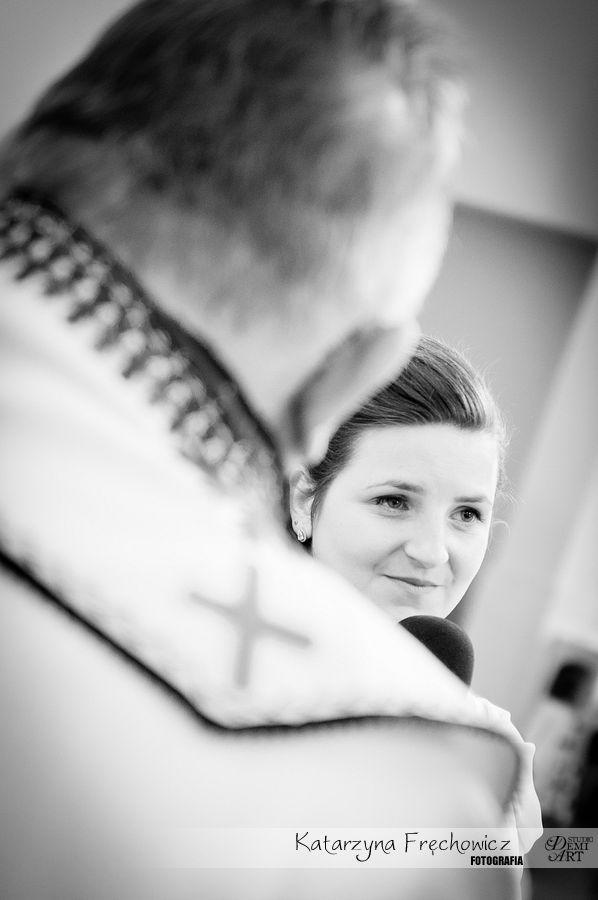 Panna młoda wymawiająca słowa przysięgi, reportaż ślubny bielsko