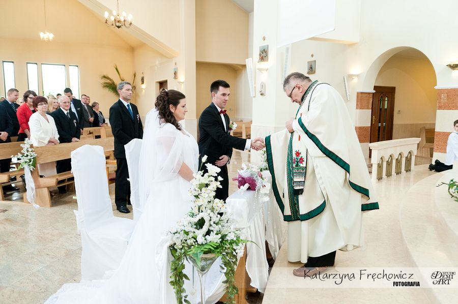 Pan młody wymienia uścisk dłoni z księdzem, reportaż ślubny bielsko