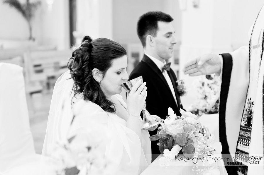 Panna młoda wypija wino z kielicha podczas ceremonii, reportaż ślubny bielsko
