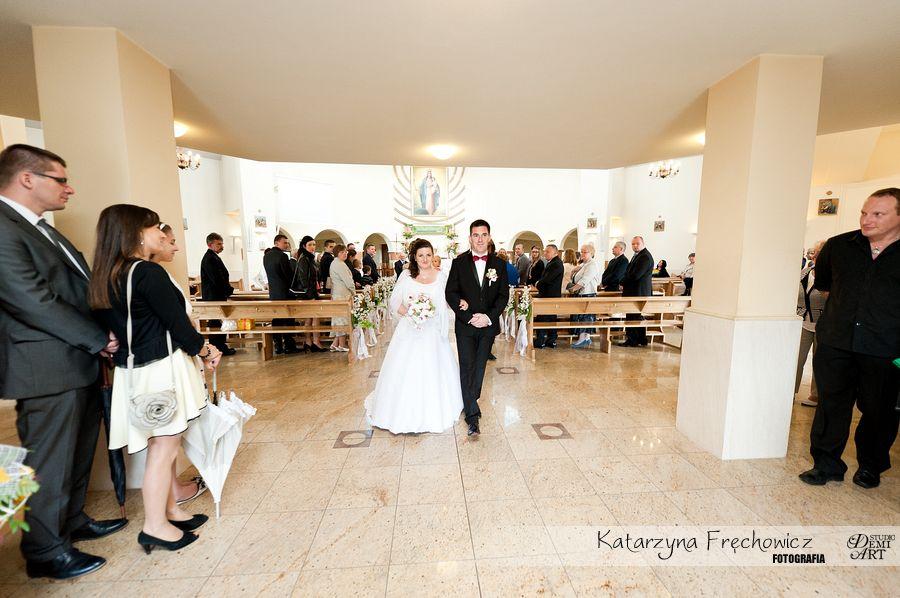 Fotograf na wesele Bielsko-Biała młoda para wychodzi z kościoła