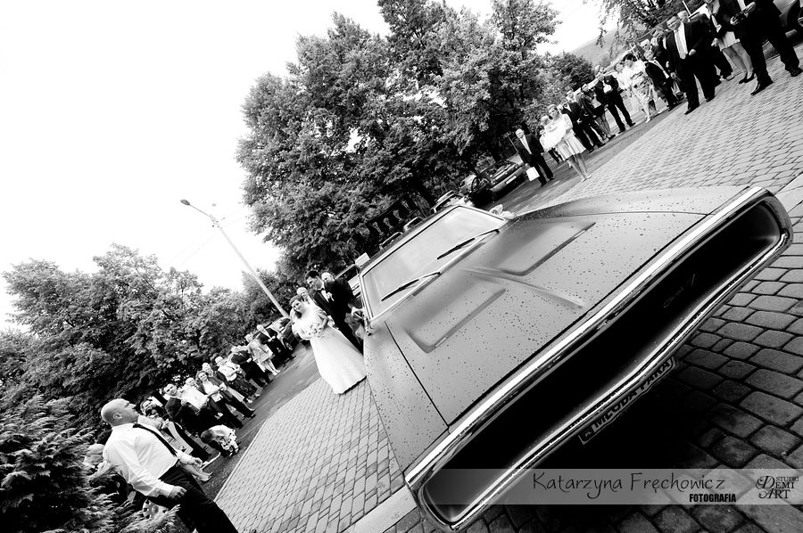 Fotograf na wesele Bielsko-Biała młoda para stoi przy aucie