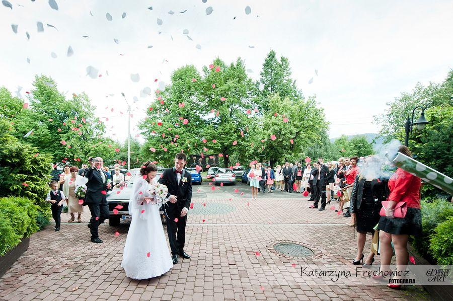 Fotograf na wesele Bielsko-Biała para młoda obrzucona płatkami kwiatów