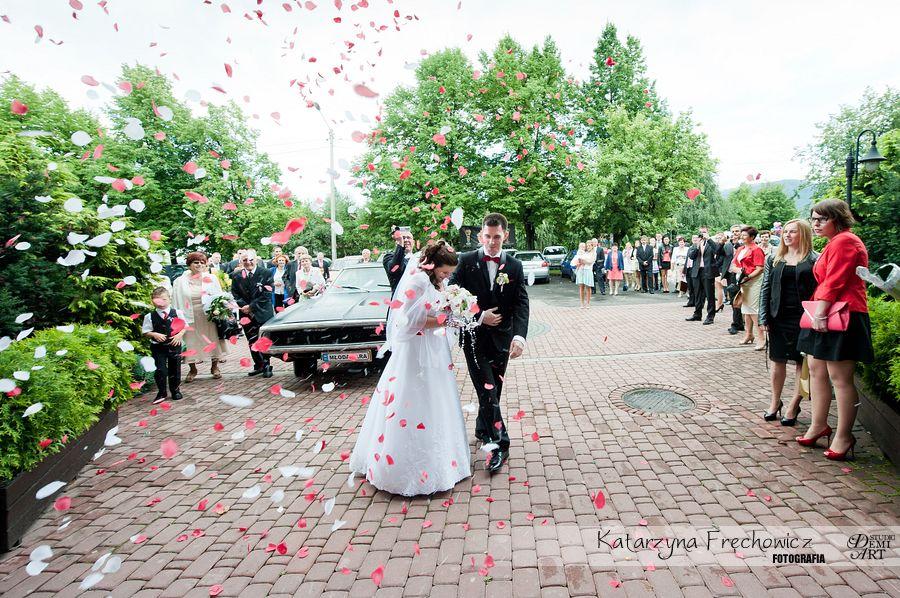 Fotograf na wesele Bielsko-Biała niespodzianka w postaci wybuchu kwietnych płatków