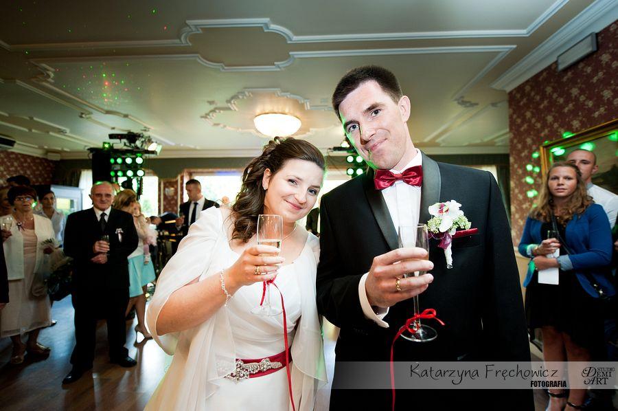 Fotograf na wesele Bielsko-Biała młoda para wznosi toast