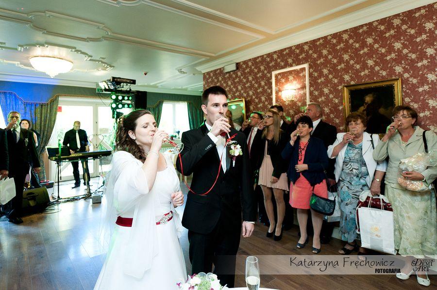 Fotograf na wesele Bielsko-Biała młoda para i gości wznoszą toast