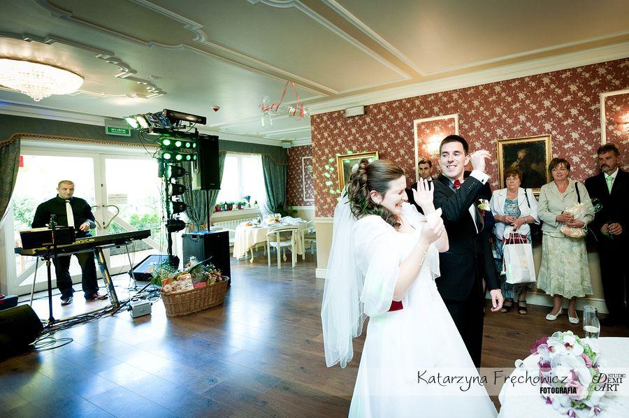 Fotograf na wesele Bielsko-Biała młoda para tłucze kieliszki