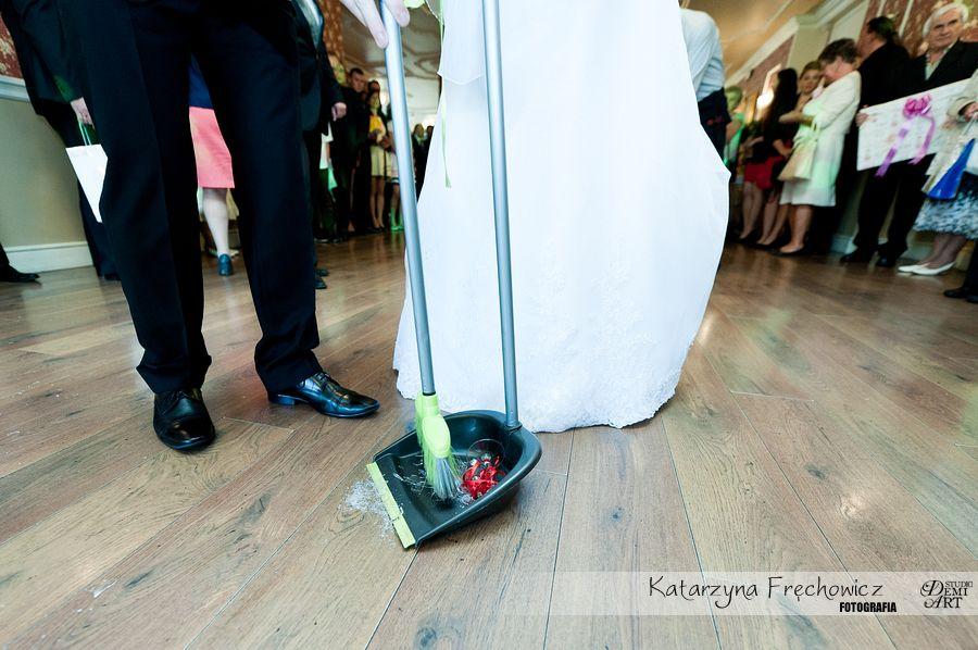 Fotograf na wesele Bielsko-Biała sprzątanie rozbitych kieliszków