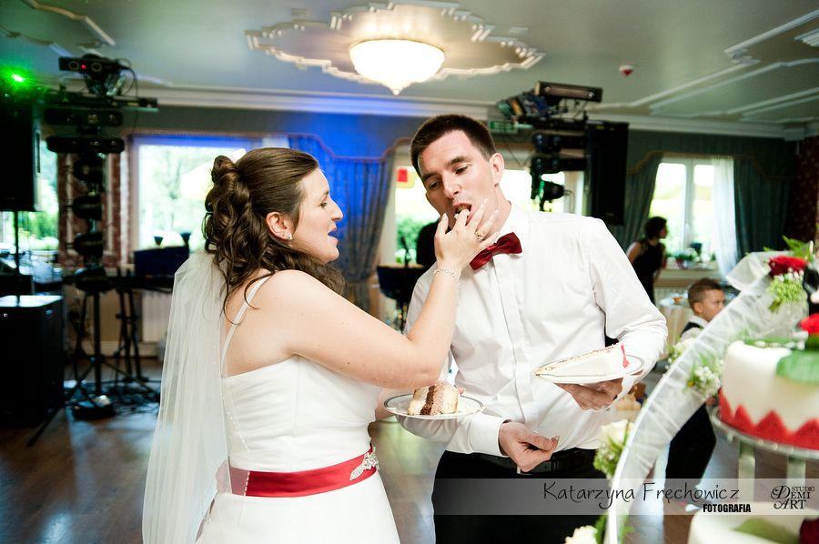Fotograf na wesele Bielsko-Biała młoda para ksoztuje swój weselny tort