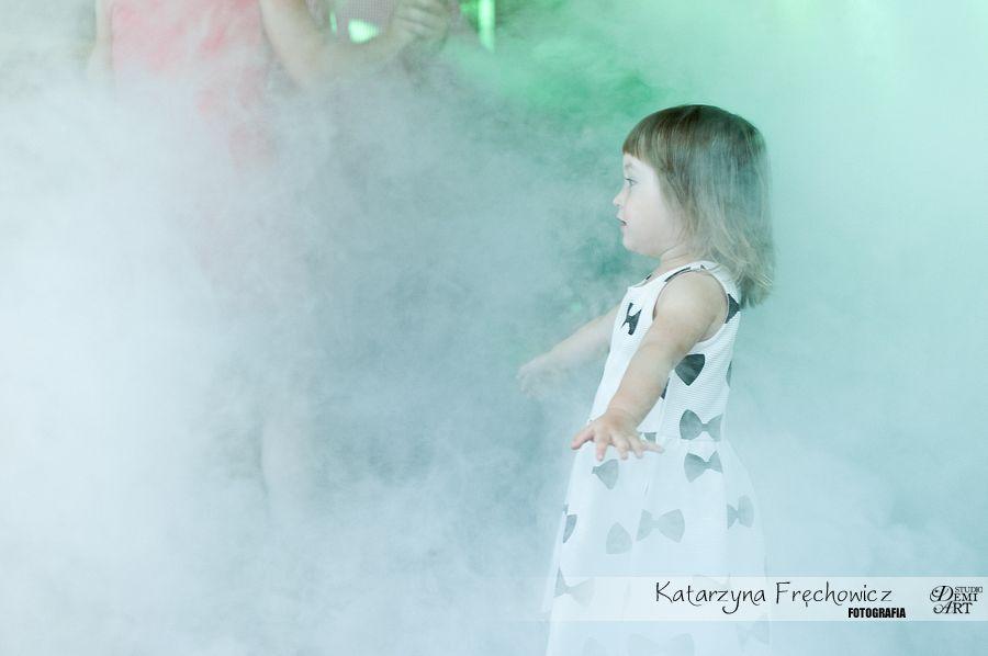 Fotograf na wesele Bielsko-Biała dziecko bawiące się na parkiecie