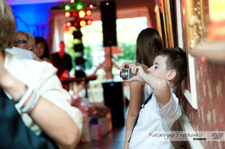 Fotograf na wesele Bielsko-Biała dziecko robiące zdjęcia gościom