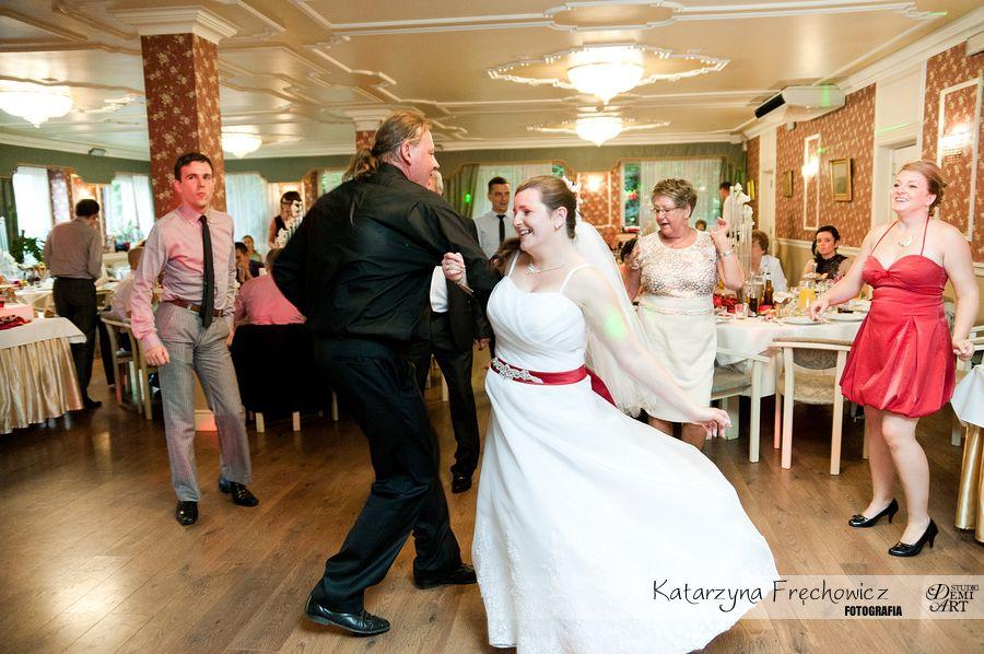 Fotograf na wesele Bielsko-Biała panna młoda bawi się z goścmi weselnymi
