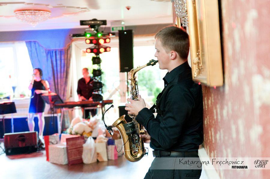 Fotograf na wesele Bielsko-Biała jeden z członków zespołu gra na saksofonie