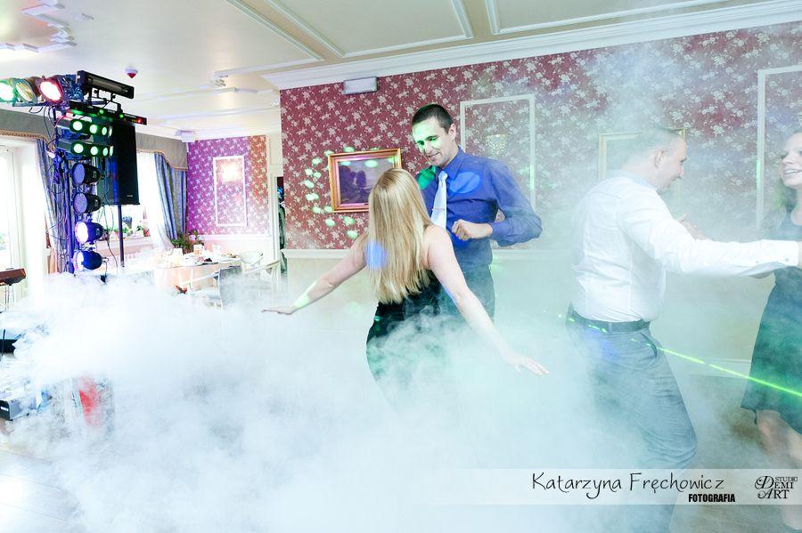 Fotograf na wesele Bielsko-Biała para bawiąca się na parkiecie pośród dymu