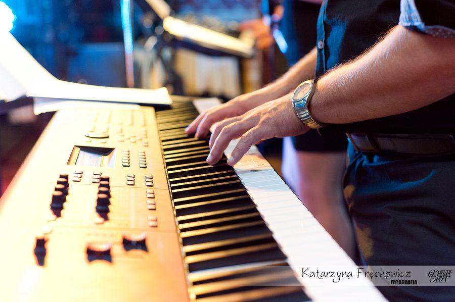 Fotograf na wesele Bielsko-Biała zespół grający na keybordzie