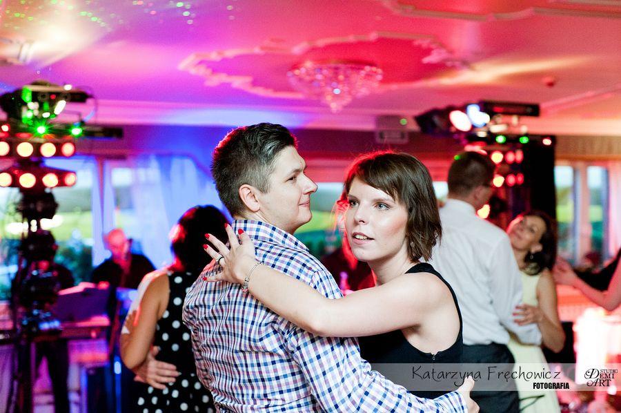 Fotograf na wesele Bielsko-Biała para tańcząca na parkiecie w blasku kolorowych świateł