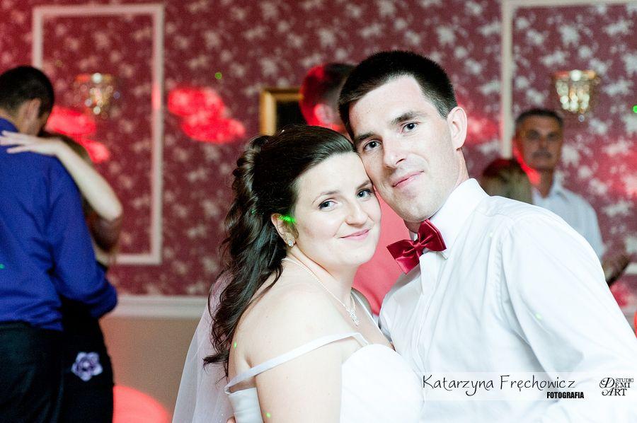 Fotograf na wesele Bielsko-Biała młoda para na parkiecie patrząca prosto w obiektyw