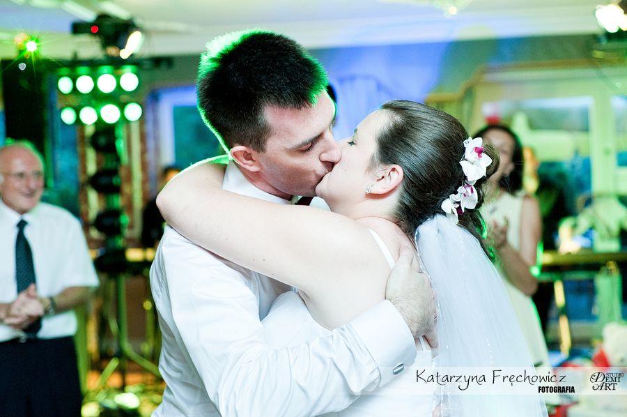 Fotograf na wesele Bielsko-Biała młoda para obdarowuje się pocałunkiem podczas tańca na parkiecie
