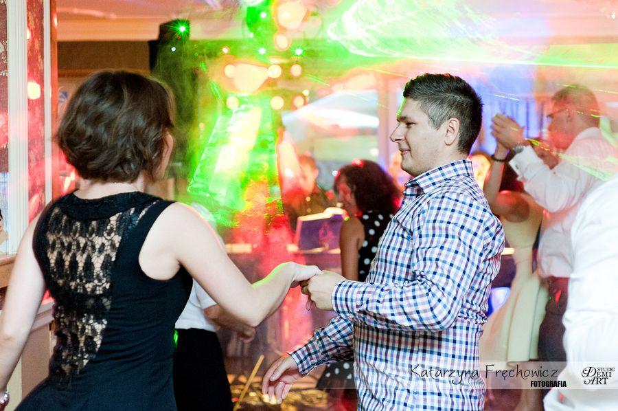 Fotograf na wesele Bielsko-Biała zabawa weselna w mnóstwem kolorowych świateł w tle