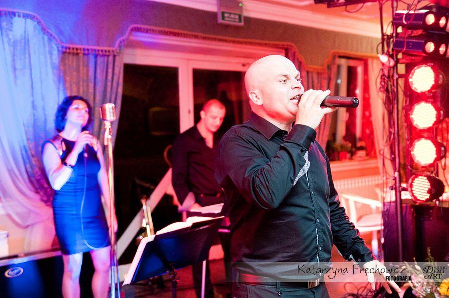 Fotograf na wesele Bielsko-Biała zespół zabawia śpiewaniem gości weselnych