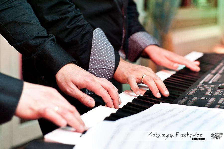 Fotograf na wesele Bielsko-Biała zespół gra na keybordzie na cztery ręce
