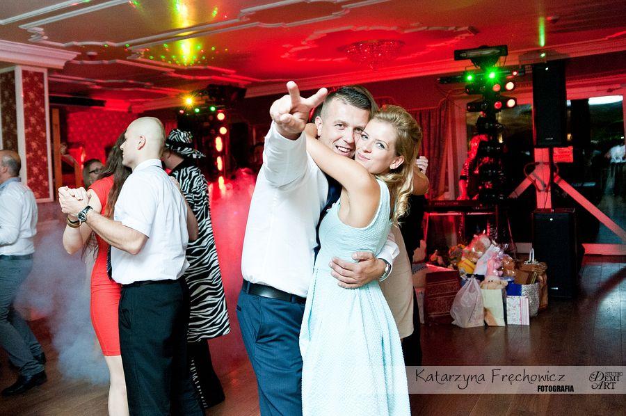 Fotograf na wesele Bielsko-Biała goście pary młodej szaleją na parkiecie podczas zabawy