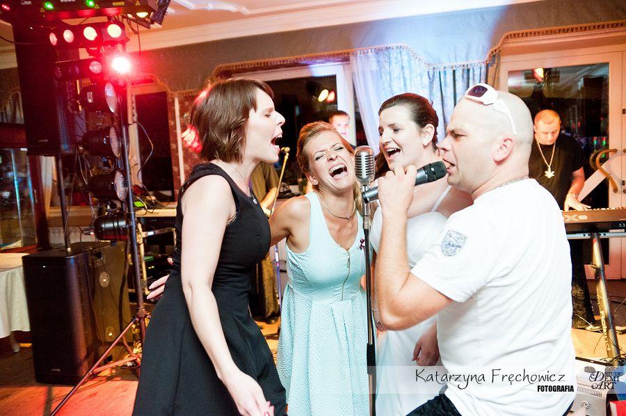 Fotograf na wesele Bielsko-Biała goście świetnie bawią się podczas karaoke