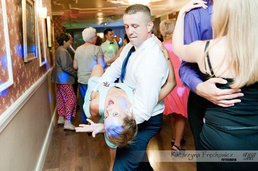 Fotograf na wesele Bielsko-Biała goście nie oszczędzają się podczas tańców na weslenym parkiecie
