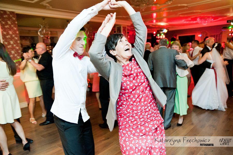 Fotograf na wesele Bielsko-Biała i młodzi i starzy goście świetnie bawią się do każdej piosenki