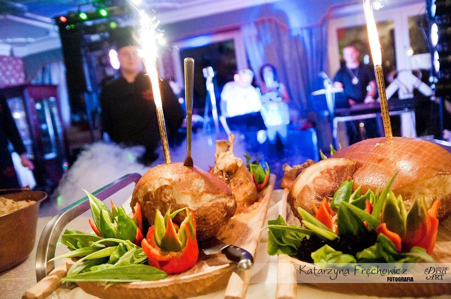 Fotograf na wesele Bielsko-Biała pięknie zastawiony stół pysznymi potrawami